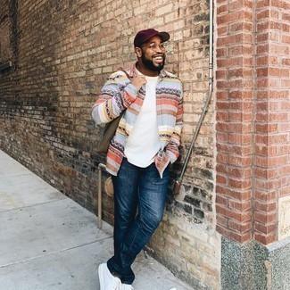 Olivgrüne Shopper Tasche aus Segeltuch kombinieren – 168 Herren Outfits: Kombinieren Sie ein mehrfarbiges horizontal gestreiftes Langarmhemd mit einer olivgrünen Shopper Tasche aus Segeltuch für einen entspannten Wochenend-Look. Fühlen Sie sich ideenreich? Vervollständigen Sie Ihr Outfit mit weißen Segeltuch niedrigen Sneakers.