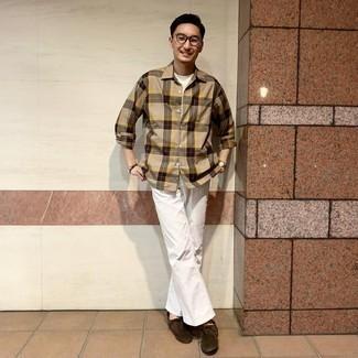 30 Jährige: Outfits Herren 2020: Kombinieren Sie ein beige Langarmhemd mit Schottenmuster mit weißen Jeans für ein sonntägliches Mittagessen mit Freunden. Dunkelbraune Chukka-Stiefel aus Wildleder putzen umgehend selbst den bequemsten Look heraus.