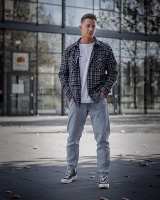 Hellblaue Jeans kombinieren – 1200+ Herren Outfits: Kombinieren Sie ein dunkelgraues Langarmhemd mit Schottenmuster mit hellblauen Jeans für einen bequemen Alltags-Look. Wenn Sie nicht durch und durch formal auftreten möchten, ergänzen Sie Ihr Outfit mit schwarzen und weißen hohen Sneakers aus Segeltuch.