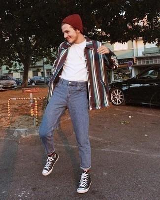 Herren Outfits 2020: Kombinieren Sie ein mehrfarbiges vertikal gestreiftes Langarmhemd mit blauen Jeans für ein sonntägliches Mittagessen mit Freunden. Schwarze und weiße hohe Sneakers aus Segeltuch verleihen einem klassischen Look eine neue Dimension.