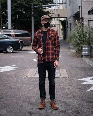 Mehrfarbiges Flanell Langarmhemd kombinieren – 33 Herren Outfits: Kombinieren Sie ein mehrfarbiges Flanell Langarmhemd mit schwarzen Jeans, um mühelos alles zu meistern, was auch immer der Tag bringen mag. Fühlen Sie sich mutig? Entscheiden Sie sich für eine braune Wildlederfreizeitstiefel.