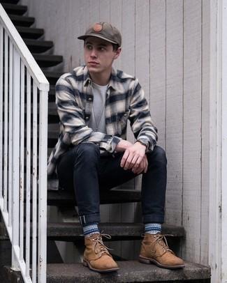 Braune Lederfreizeitstiefel kombinieren – 500+ Herren Outfits: Arbeitsreiche Tage verlangen nach einem einfachen, aber dennoch stylischen Outfit, wie zum Beispiel ein hellbeige Flanell Langarmhemd mit Schottenmuster und schwarze Jeans. Eine braune Lederfreizeitstiefel putzen umgehend selbst den bequemsten Look heraus.