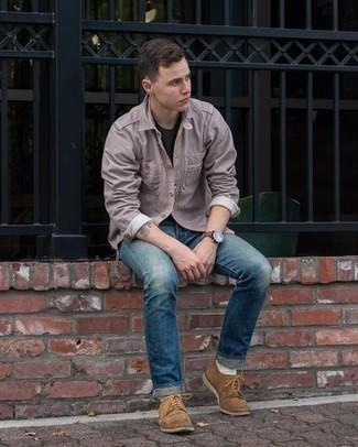 20 Jährige: Schwarzes T-Shirt mit einem Rundhalsausschnitt kombinieren – 943+ Herren Outfits: Paaren Sie ein schwarzes T-Shirt mit einem Rundhalsausschnitt mit blauen Jeans, um mühelos alles zu meistern, was auch immer der Tag bringen mag. Fühlen Sie sich ideenreich? Komplettieren Sie Ihr Outfit mit braunen Wildleder Derby Schuhen.
