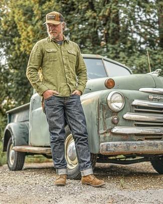 50 Jährige: Outfits Herren 2021: Kombinieren Sie ein olivgrünes Langarmhemd mit dunkelgrauen Jeans für ein Alltagsoutfit, das Charakter und Persönlichkeit ausstrahlt. Eine braune Wildlederfreizeitstiefel putzen umgehend selbst den bequemsten Look heraus.