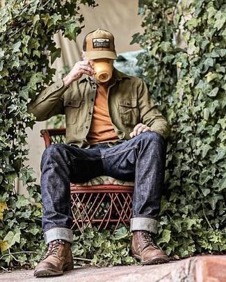50 Jährige: Outfits Herren 2021: Kombinieren Sie ein olivgrünes Langarmhemd mit dunkelblauen Jeans für einen bequemen Alltags-Look. Eine dunkelbraune Lederfreizeitstiefel putzen umgehend selbst den bequemsten Look heraus.