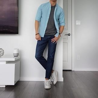 Dunkelgraues T-Shirt mit einem Rundhalsausschnitt kombinieren – 500+ Herren Outfits: Kombinieren Sie ein dunkelgraues T-Shirt mit einem Rundhalsausschnitt mit dunkelblauen Jeans für ein Alltagsoutfit, das Charakter und Persönlichkeit ausstrahlt. Komplettieren Sie Ihr Outfit mit weißen Leder niedrigen Sneakers.