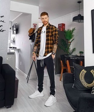 Schwarze Jogginghose kombinieren: lässige Outfits: trends 2020: Ein schwarzes Langarmhemd mit Schottenmuster und eine schwarze Jogginghose sind eine großartige Outfit-Formel für Ihre Sammlung. Fühlen Sie sich mutig? Komplettieren Sie Ihr Outfit mit weißen Sportschuhen.
