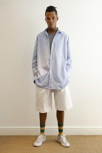 Wie kombinieren: hellblaues Langarmhemd, graues T-Shirt mit einem Rundhalsausschnitt, weiße Shorts, hellbeige niedrige Sneakers