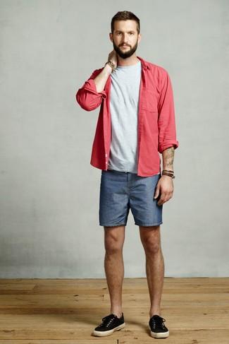 Wie kombinieren: rotes Langarmhemd, graues T-Shirt mit einem Rundhalsausschnitt, blaue Jeansshorts, schwarze Segeltuch niedrige Sneakers