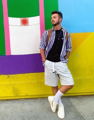 Wie kombinieren: weißes und blaues vertikal gestreiftes Langarmhemd, schwarzes T-Shirt mit einem Rundhalsausschnitt, weiße Shorts, weiße niedrige Sneakers