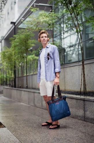 20 Jährige: Dunkelblaue Shopper Tasche aus Segeltuch kombinieren: trends 2020: Für ein bequemes Couch-Outfit, vereinigen Sie ein hellblaues Langarmhemd mit einer dunkelblauen Shopper Tasche aus Segeltuch. Bringen Sie die Dinge durcheinander, indem Sie schwarzen Zehensandalen mit diesem Outfit tragen.