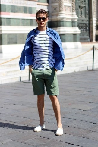 Mode für Herren ab 20 2020: Vereinigen Sie ein blaues Langarmhemd mit dunkelgrünen Shorts für ein bequemes Outfit, das außerdem gut zusammen passt. Vervollständigen Sie Ihr Look mit weißen Segeltuch Espadrilles.