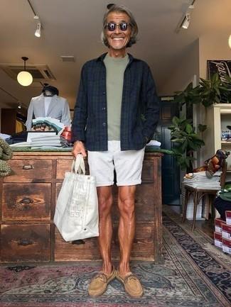 Dunkelblaues und grünes Langarmhemd mit Schottenmuster kombinieren – 115 Casual Herren Outfits: Erwägen Sie das Tragen von einem dunkelblauen und grünen Langarmhemd mit Schottenmuster und weißen Shorts für ein großartiges Wochenend-Outfit. Beige Wildleder Bootsschuhe sind eine ideale Wahl, um dieses Outfit zu vervollständigen.