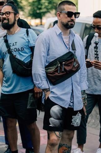 Hellblaues vertikal gestreiftes Langarmhemd kombinieren – 156 Herren Outfits: Paaren Sie ein hellblaues vertikal gestreiftes Langarmhemd mit schwarzen und weißen bedruckten Shorts für ein sonntägliches Mittagessen mit Freunden.