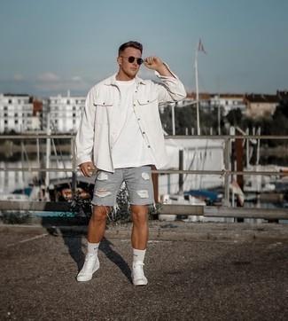 Weiße hohe Sneakers aus Segeltuch kombinieren – 500+ Herren Outfits: Für ein bequemes Couch-Outfit, kombinieren Sie ein weißes Cordlangarmhemd mit grauen Jeansshorts mit Destroyed-Effekten. Ergänzen Sie Ihr Look mit weißen hohen Sneakers aus Segeltuch.