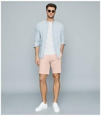 Hellblaues Langarmhemd kombinieren – 500+ Herren Outfits: Vereinigen Sie ein hellblaues Langarmhemd mit rosa Shorts, um einen lockeren, aber dennoch stylischen Look zu erhalten. Vervollständigen Sie Ihr Look mit weißen Segeltuch niedrigen Sneakers.