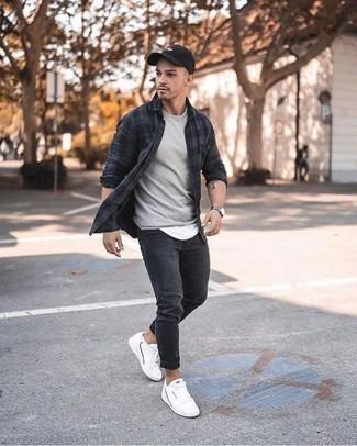 Weiße Leder niedrige Sneakers kombinieren für Herbst: trends 2020: Kombinieren Sie ein dunkelgraues Langarmhemd mit Vichy-Muster mit dunkelgrauen Jeans für ein Alltagsoutfit, das Charakter und Persönlichkeit ausstrahlt. Weiße Leder niedrige Sneakers sind eine kluge Wahl, um dieses Outfit zu vervollständigen. Das Outfit ist mega für die Übergangszeit.