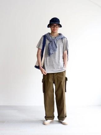 Graues T-shirt mit einer Knopfleiste kombinieren – 86 Herren Outfits: Für ein bequemes Couch-Outfit, kombinieren Sie ein graues T-shirt mit einer Knopfleiste mit einer braunen Cargohose. Machen Sie Ihr Outfit mit weißen Slip-On Sneakers aus Segeltuch eleganter.