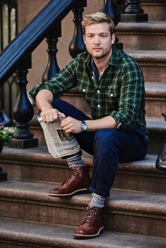 Bandana kombinieren: trends 2020: Kombinieren Sie ein dunkelgrünes Flanell Langarmhemd mit Schottenmuster mit einem Bandana für einen entspannten Wochenend-Look. Fühlen Sie sich mutig? Entscheiden Sie sich für eine braune Lederfreizeitstiefel.