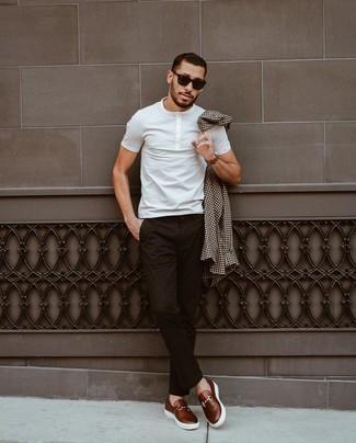 Braune Lederuhr kombinieren – 500+ Herren Outfits: Ein dunkelbraunes Langarmhemd mit Vichy-Muster und eine braune Lederuhr sind eine gute Outfit-Formel für Ihre Sammlung. Setzen Sie bei den Schuhen auf die klassische Variante mit dunkelbraunen Leder Slippern.