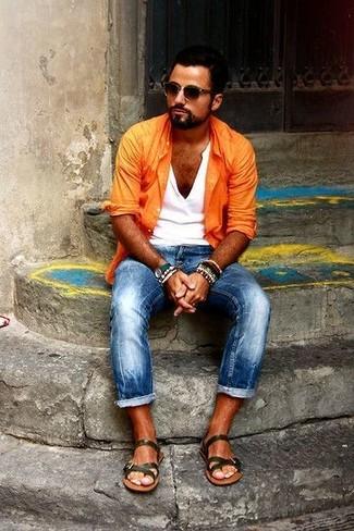 orange Langarmhemd, weißes T-shirt mit einer Knopfleiste, blaue enge Jeans, olivgrüne Ledersandalen für Herren