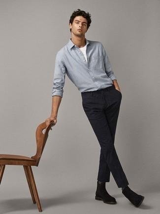 Hellblaues Chambray Langarmhemd kombinieren: trends 2020: Entscheiden Sie sich für ein hellblaues Chambray Langarmhemd und eine dunkelblaue vertikal gestreifte Chinohose für ein sonntägliches Mittagessen mit Freunden. Entscheiden Sie sich für dunkelbraunen Chelsea-Stiefel aus Wildleder, um Ihr Modebewusstsein zu zeigen.
