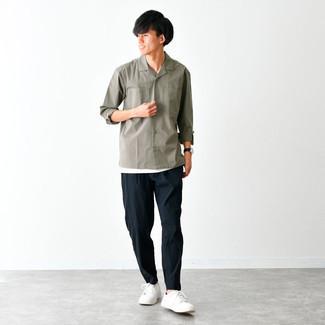 Schwarze Lederuhr kombinieren – 500+ Herren Outfits: Für ein bequemes Couch-Outfit, kombinieren Sie ein olivgrünes Langarmhemd mit einer schwarzen Lederuhr. Fühlen Sie sich ideenreich? Wählen Sie weißen Segeltuch niedrige Sneakers.