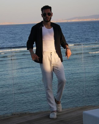 Herren Outfits 2021: Für ein bequemes Couch-Outfit, tragen Sie ein weißes Trägershirt.