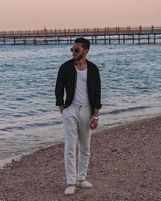 Graue Chinohose kombinieren – 500+ Herren Outfits: Paaren Sie ein schwarzes Langarmhemd mit einer grauen Chinohose, um einen lockeren, aber dennoch stylischen Look zu erhalten. Graue horizontal gestreifte Segeltuch Espadrilles sind eine gute Wahl, um dieses Outfit zu vervollständigen.