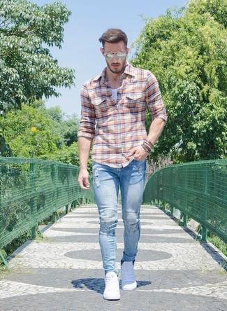 Hellblaue enge Jeans mit Destroyed-Effekten kombinieren: trends 2020: Vereinigen Sie ein orange Langarmhemd mit Schottenmuster mit hellblauen engen Jeans mit Destroyed-Effekten für einen entspannten Wochenend-Look. Fühlen Sie sich mutig? Vervollständigen Sie Ihr Outfit mit weißen niedrigen Sneakers.