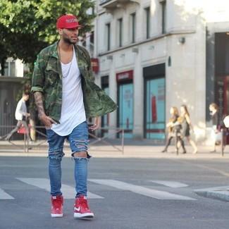 Wie kombinieren: grünes Camouflage Langarmhemd, weißes Trägershirt, blaue Jeans mit Destroyed-Effekten, rote hohe Sneakers