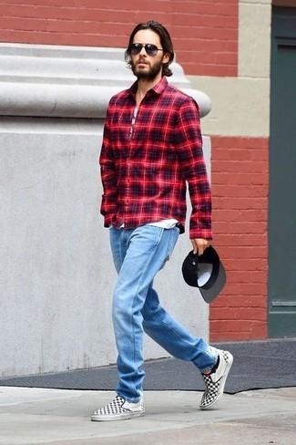 Wie kombinieren: rotes Langarmhemd mit Schottenmuster, weißes bedrucktes Trägershirt, hellblaue Jeans, schwarze und weiße Slip-On Sneakers aus Segeltuch mit Karomuster