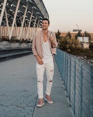 Hellbeige Langarmhemd kombinieren – 255 Herren Outfits: Halten Sie Ihr Outfit locker mit einem hellbeige Langarmhemd und weißen Jeans mit Destroyed-Effekten. Heben Sie dieses Ensemble mit rosa Leder niedrigen Sneakers hervor.