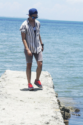 Wie kombinieren: graues vertikal gestreiftes Langarmhemd, graues Trägershirt, graue Jeansshorts, rosa Sportschuhe