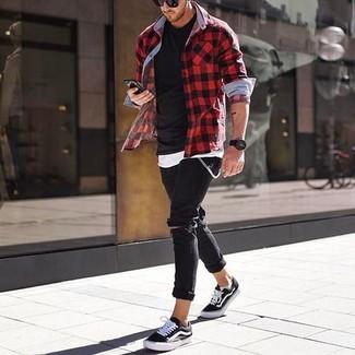 Wie kombinieren: rotes und schwarzes Langarmhemd mit Vichy-Muster, weißes Trägershirt, schwarzes T-Shirt mit einem Rundhalsausschnitt, schwarze enge Jeans mit Destroyed-Effekten