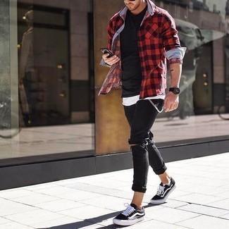 Schwarze enge Jeans mit Destroyed-Effekten kombinieren: trends 2020: Kombinieren Sie ein rotes und schwarzes Langarmhemd mit Vichy-Muster mit schwarzen engen Jeans mit Destroyed-Effekten für einen entspannten Wochenend-Look. Setzen Sie bei den Schuhen auf die klassische Variante mit schwarzen und weißen Segeltuch niedrigen Sneakers.