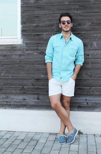 Erwägen Sie das Tragen von einem türkisen Langarmhemd und weißen Shorts, um mühelos alles zu meistern, was auch immer der Tag bringen mag. Dieses Outfit passt hervorragend zusammen mit blauen segeltuch bootsschuhen.