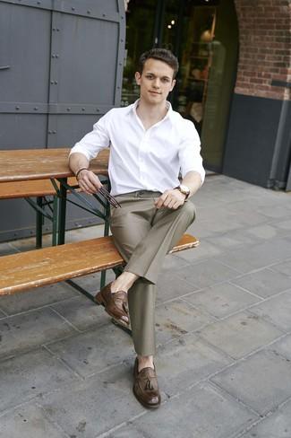 Wie kombinieren: weißes Langarmhemd, braune Anzughose, braune Leder Slipper mit Quasten, dunkelbraune Lederuhr