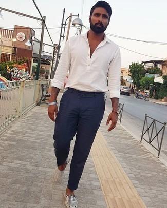 Smart-Casual Outfits Herren 2020: Vereinigen Sie ein weißes Langarmhemd mit einer dunkelblauen Anzughose, um vor Klasse und Perfektion zu strotzen. Suchen Sie nach leichtem Schuhwerk? Entscheiden Sie sich für dunkelblauen und weißen horizontal gestreiften Segeltuch Espadrilles für den Tag.