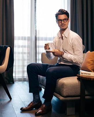 Wie kombinieren: weißes Langarmhemd, dunkelblaue Anzughose, braune Leder Slipper, dunkelblaue Socken
