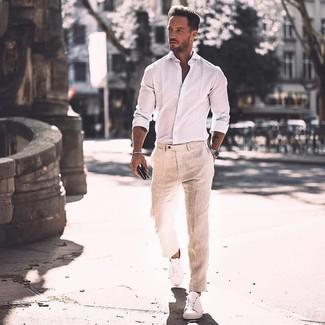 Wie kombinieren: weißes Langarmhemd, hellbeige Leinen Anzughose, weiße Leder niedrige Sneakers, silberne Uhr