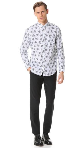 Weißes und dunkelblaues Langarmhemd mit Blumenmuster kombinieren: trends 2020: Kombinieren Sie ein weißes und dunkelblaues Langarmhemd mit Blumenmuster mit einer schwarzen Anzughose für einen stilvollen, eleganten Look. Fühlen Sie sich ideenreich? Vervollständigen Sie Ihr Outfit mit schwarzen Leder Derby Schuhen.