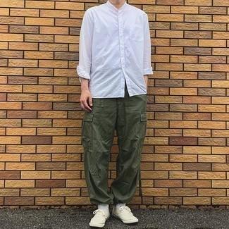 Olivgrüne Cargohose kombinieren – 245 Herren Outfits: Kombinieren Sie ein weißes Langarmhemd mit einer olivgrünen Cargohose für ein Alltagsoutfit, das Charakter und Persönlichkeit ausstrahlt. Hellbeige Segeltuch niedrige Sneakers sind eine perfekte Wahl, um dieses Outfit zu vervollständigen.