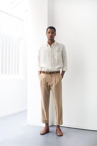 Braunen Wildledergürtel kombinieren – 74 Herren Outfits: Ein weißes Langarmhemd und ein brauner Wildledergürtel sind eine großartige Outfit-Formel für Ihre Sammlung. Suchen Sie nach leichtem Schuhwerk? Wählen Sie braunen Ledersandalen für den Tag.
