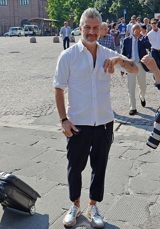 Herren Outfits & Modetrends 2020: Kombinieren Sie ein weißes Langarmhemd mit einer dunkelblauen Chinohose für ein bequemes Outfit, das außerdem gut zusammen passt. Vervollständigen Sie Ihr Outfit mit silbernen Leder Brogues, um Ihr Modebewusstsein zu zeigen.