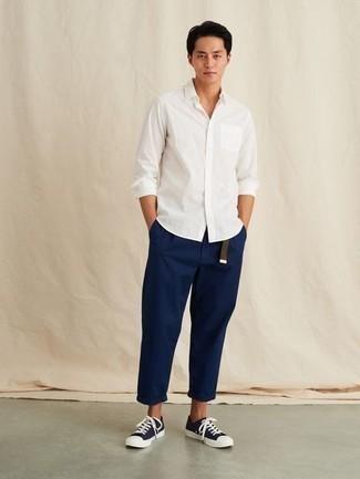 Dunkelbraunen Segeltuchgürtel kombinieren – 48 Herren Outfits: Vereinigen Sie ein weißes Langarmhemd mit einem dunkelbraunen Segeltuchgürtel für einen entspannten Wochenend-Look. Fühlen Sie sich ideenreich? Vervollständigen Sie Ihr Outfit mit dunkelblauen und weißen Segeltuch niedrigen Sneakers.