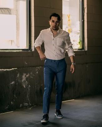 Weißes Langarmhemd kombinieren – 500+ Herren Outfits: Vereinigen Sie ein weißes Langarmhemd mit einer dunkelblauen Chinohose für ein bequemes Outfit, das außerdem gut zusammen passt. Wenn Sie nicht durch und durch formal auftreten möchten, wählen Sie schwarzen und weißen bedruckten Segeltuch niedrige Sneakers.