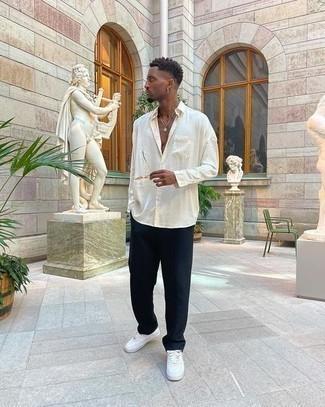 Hose kombinieren – 1200+ Herren Outfits: Entscheiden Sie sich für ein weißes Langarmhemd und eine Hose für ein bequemes Outfit, das außerdem gut zusammen passt. Machen Sie Ihr Outfit mit weißen Leder niedrigen Sneakers eleganter.