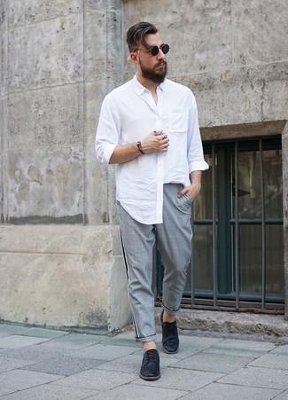 Wie kombinieren: weißes Langarmhemd, graue Chinohose mit Schottenmuster, schwarze Leder Derby Schuhe, schwarze Sonnenbrille