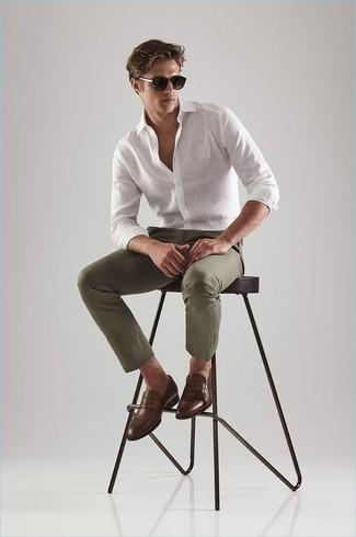 Olivgrüne Chinohose kombinieren: trends 2020: Kombinieren Sie ein weißes Leinen Langarmhemd mit einer olivgrünen Chinohose für ein sonntägliches Mittagessen mit Freunden. Fühlen Sie sich mutig? Entscheiden Sie sich für braunen Leder Slipper.